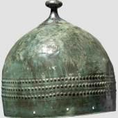 Überaus seltener bronzezeitlicher Helm aus Mitteleuropa, der um 1.000 vor Christus gearbeitet wurde. Copyright Hermann Historica oHG 2012