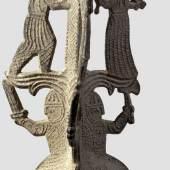 Dreifüßiger figürlicher Dornleuchter aus reliefiertem Zinn, 11./12. Jahrhundert. v