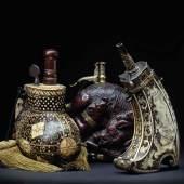 Prachtvolle eisengeschnittene und vergoldete Prunk-Pulverflasche aus der Werkstatt des Münchners Caspar Spät um 1640 (R).  Zuschlag: 50.000 Euro