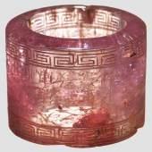 Gravierter Bogenring, rosafarbigem Spinell, Inschrift Kaiser Qian Long. Zuschlag: 24000 Euro