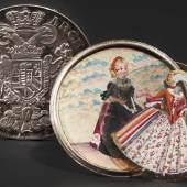 Silberner Schraubtaler mit wandelbaren Trachtenbildern, 1730/40. Zuschlag: 2700 Euro