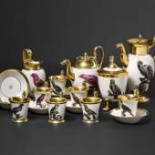 Mit Papageien-Motiven bemaltes Kaffee– und Teeservice der Manufaktur Nymphenburg. Auftragsarbeit für König Maximilian I. Joseph von Bayern, um 1810/20. SP: 25000 Euro