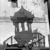 PAR19030 Henri Cartier-Bresson: INDIA, Gujarat, Ahmedabad, 1966 In the old town. © MAGNUM Photos/Henri Cartier-Bresson