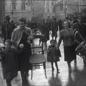 """Hitler in Graz 1941  Menschen folgen ihrem """"Führer"""" auf seiner """"Jubelfahrt"""" durch die """"Stadt der Volkserhebung"""". Filmstill aus: [Aufnahmen vom Besuch Adolf Hitlers in Graz am 26.4.1941], 3'37"""", Amateurfilm von Hans Tagger, s/w, stumm, 1941. Sammlung Multimediale Sammlungen"""