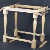 Der Tisch wird zunächst noch im unrestaurierten Zustand gezeigt. Foto: SPSG