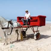 B.U.: Horst Wackerbarth auf der roten Couch in Westafrika – Foto by George Sylva