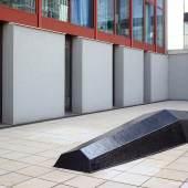 Werner Feiersinger, Ohne Titel, 2007 Courtesy Galerie Martin Janda, Wien; Foto: Johannes Stoll, © Belvedere, Wien Epoxidharz, 163 x 590 x 81 cm