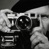 Franz Hubmann Selbstporträt mit Leica um 1960 © Franz Hubmann/Archiv Franz Hubmann/IMAGNO
