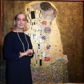 Agnes Husslein Arco vor Gustav Klimts Kuss (c) Belvedere, Wien