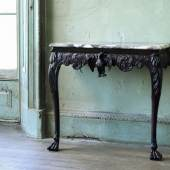 Los 137 AN IRISH GEORGE II CARVED MAHOGANY CONSOLE TABLE £25,000 - 40,000 €35,000 - 55,000