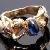 Los-Nr. 1909  Jugendstil Ring  Silber, vergoldet, mittig ein blauer Steincabochon, Schiene mit reliefierten weiblichen Akten, Ringgröße ca. 56  Limit: 80,00 €
