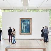 "Abbildung: Installationsansicht ""Der junge PICASSO – Blaue und Rosa Periode"" in der Fondation Beyeler, Riehen/Basel, 2019; Kunstwerk: Pablo Picasso, La Vie, 1903, Öl auf Leinwand, 197 x 127,3 cm, The Cleveland Museum of Art, Donation Hanna Fund, © Succession Picasso / ProLitteris, Zürich 2018 Foto: Mark Niedermann"