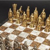 Schachspiel. Die überaus prunkvolle Verarbeitung der mit bis zu 22 Zentimetern außergewöhnlich großen Figuren aus Silber, teils vergoldet und mit naturalistisch geschnittenen Gesichtern aus Elfenbein Zuschlag: 40.000 Euro