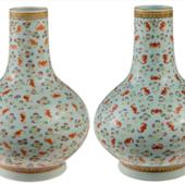 Losnummer 556 zwei fast identische, chinesische Fledermaus-Vasen aufgerufen. Der Kuang Hsu-Periode (1875 - 1908)  Zuschlag: 32.500 Euro