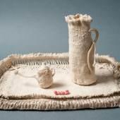 Hedwig Wilms, Tablett mit Krug und Gießkännchen, vermutlich 1913–1915, Baumwollgarn in Knüpf- und Häkeltechniken © Sammlung Prinzhorn, Universitätsklinikum Heidelberg (Inv. 90, 91, 92)