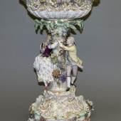 Figürlicher Porzellan-Tafelaufsatz mit Postament, Kgl. Meissen, um 1860-1900, 1. Wahl, Limit::1.500 €