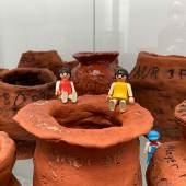Kinder aus der Rotbuchenschule in München präsentieren ihre getöpferten Vasen
