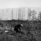 Sibylle Bergemann  Berlin 1941 - 2010 Gransee  BERLIN. 1978. Vintage, Silbergelatineabzug. 22,8 x 34,0 cm (26,3 x 36,4 cm). Photographie mit minimaler Retuschespur; an den Ecken leicht bestoßen. Rückseitig mit Bleistift signiert, bezeichnet u. datiert. Klebespur eines Etikettes.  SCHÄTZPREIS 1600,00 EUR