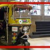 indische Motorradrikscha mit einem hinduistischem Altar auf dem Armaturenbrett c Stiftung Museum Kunstpalast