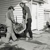 Jeff Wall Men move an engine block, 2008 Silbergelatine-Abzug 138,5 x 176,5 cm Courtesy: der Künstler