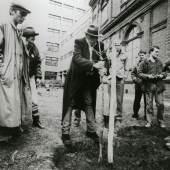 Joseph Beuys, Baumbepflanzung im Garten und vor der Hochschule für angewandte Kunst, 1983  Universität für angewandte Kunst Wien, Kunstsammlung und Archiv, Inv.Nr. 16.102/1/FP / Foto: Philippe Dutart