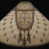 Als besonderer Schatz unter den textilen Schätzen ist der Marienornat aus dem Jahr 1911 anzusehen. Er gilt als unbestrittenes Meisterwerk der Sakralkunst des Wiener Jugendstils. ©Stift Klosterneuburg/Verlag Janos Stekovics