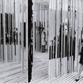 """Vjenceslav Richter, """"Jugoslawischer Pavillon auf der XIII. Triennale Mailand 1964"""", Innenraum, Foto: MSU Zagreb/Museum für zeitgenössische Kunst Zagreb, Archiv Richter"""