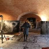 Julia Bornefeld in ihrem Atelier in der Franzensfeste, Courtesy: Galerie Elisabeth & Klaus Thoman, Innsbruck/Wien und Galerie Antonella Cattani Contemporary Art, Bozen