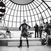 Katarina Sarnitz (Noever) im Hundertwasser-Atelier bei einer Étoile Modenschau, 1960er-Jahre Foto: Roland Pleterski/WestLicht/AnzenbergerAgency