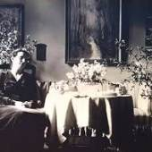 """Katharine """"Käthe"""" Pringsheim, Tochter von Margarethe und Julius Rosenheim, 1921 unter Karl Hagemeisters """"Birken im Herbst am Bachlauf"""" in ihrer Freiburger Wohnung"""