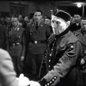 """Bergmannstreuegeld  Gauleiter Sigfried Uiberreither vergibt am 1. Mai 1944 das """"Bergmannstreuegeld"""" an verdiente """"Knappschaftsrentner"""". Filmstill aus: [Grazer Knappschaftsrentner erhalten vom Gauleiter der """"Untersteiermark"""" das """"Bergmannstreuegeld""""], 4'20"""", s/w, stumm, 1944. Sammlung Filmarchiv Austria"""