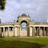 Potsdam, Park Sanssouci, Westseite der Kolonnade mit Triumphtor und Blick auf das Neue Palais, 2014. Foto: SPSG / Wolfgang Pfauder