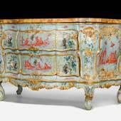 """1018 LACK-KOMMODE """"AU DECOR CHINOIS"""" Louis XV, Venedig um 1730/40. Provenienz: - Ehemals Besitz einer venezianischen Adels- familie. - Aus einer italienischen Sammlung. CHF 250 000 - 350 000"""