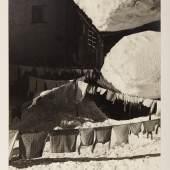 """Stefan Kruckenhauser Wäschetrocknen im Winter Stuben, 1935 aus """"Du schöner Winter in Tirol"""" © Fotosammlung WestLicht"""