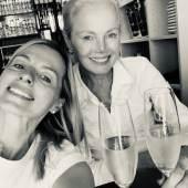 """Mutter und Tochter Nüdling sind ein eingespieltes Team - Dr. Elisabeth Nüdling fungiert auch in der ZDF-Sendung """"Bares für Rares"""" als Händlerin für den Bereich Schmuck, Foto: Kunsthaus Nüdling"""