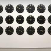 Franziska und Sophia Hoffmann, Clockwise, 2019, Installation mit 18 programmierten Wanduhren, Metall, Steuer- einheit, 140 x 280 x 4 cm, © VG Bild-Kunst, Bonn 2021, Franziska und Sophia Hoffmann