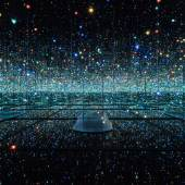 Yayoi Kusama INFINITY MIRRORED ROOM - THE SOULS OF MILLIONS OF LIGHT YEARS AWAY 2013 Metall, Glas, Spiegel, Kunststoff, Acryl, Holz, Gummi, LED Lichtsystem, Acrylbälle, Wasser 287,7 x 415,3 x 415,3 cm Sammlung HGN © Yayoi Kusama. Courtesy of David Zwirner, New York; Ota Fine Arts, Tokyo / Singapore; Victoria Miro, London; YAYOI KUSAMA Inc.