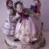 """""""Tanzende Kinder"""", figürliches Porzellan, Wien, Höhe 17,5cm, unrestauriert"""