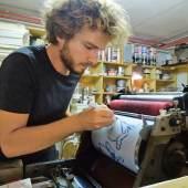 Lorenz Helfer zeichnet ein Motiv direkt auf die Offsetplatte  Foto: Toni Kurz, Edition Thurnhof