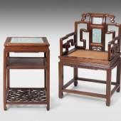 Beistelltisch und Armlehnstuhl (Fushouyi) China, Späte Qing-/ Republik-Zeit. Schätzpreis:9.000 - 10.000 CHF