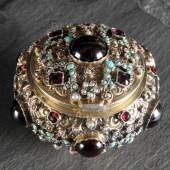 Deckeldose 800 Silber vergoldet, mit zahlr. Schmucksteinen besetzt Mindestpreis:900 EUR