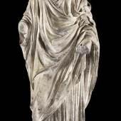 Römische Marmorfigur der Göttin Flora Höhe: 85 cm. Gesamthöhe mit Sockel: 96 cm. Datierung ins 1. bis 2. Jahrhundert n. Chr. laut beigegebenen Dokumenten.  Schätzpreis:60.000 - 80.000 EUR