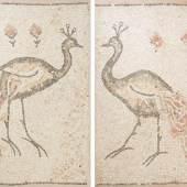 1 Paar Mosaik-Paneele Späte römische Kaiserzeit bis frühe byzantinische Epoche, 3.–7.Jh. n.C. Polychrome Steintesserae je mit Darstellung eines stehenden Pfaus und drei Blumen, der Pfau einmal nach rechts und einmal nach links gerichtet. Das Mosaik wurde professionell in Mörtel gesetzt und gerahmt. Je 116x83 cm.  Schätzpreis:10.000 - 15.000 CHF