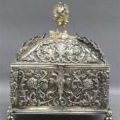 Prunkschatulle Silber, reicher floraler Reliefdekor, aufgesetzte Ranken. Mindestpreis:4.000 EUR