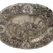 Große Schauplatte mit Alexander dem Großen Danzig, Nathanael Schlaubitz (Meister 1690 - 1726) Silber.  Schätzpreis:8.000 EUR
