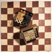 Josef Hartwig, Bauhaus - Schachspiel 'XVI' mit Textil Spielbrett, im Originalkarton, 1924  Bauhaus - Schachspiel 'XVI' mit Textil Spielbrett, im Originalkarton, 1924  32 Figuren. H. 2,1-4,7 cm.  Aufrufpreis:15.000 EUR Schätzpreis:15.000 - 20.000 EUR