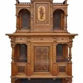 KABINETTSCHRANK vielgestaltiger reich strukturierter Aufbau auf zwei gequetschten Kugelfüßen, Unterteil offen mit balustrierten Säulen an den Seiten, Mindestpreis:1.000 EUR