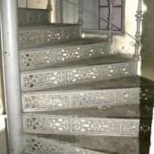 Große Wendeltreppe Gründerzeit  um 1880, aus einem Dresdner Fabrikgebäude, Gusseisen grau lackiert, 37 Stufen, Mindestpreis:8.500 EUR