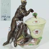 """Figurenschale """"Mohrin mit Zuckerdose"""". Entwurf Franz Anton Bustelli um 1760, NYMPHENBURG, 20. Jahrhundert, Modell-Nr. 174, Mindestpreis:500 EUR"""