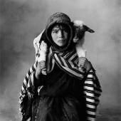 """Irving Penn (Plainfield/New Jersey 1917 – 2009 New York) """"Young Berber Shepherdess, Morocco"""". 1971 Schätzpreis:50.000 - 70.000 EUR"""